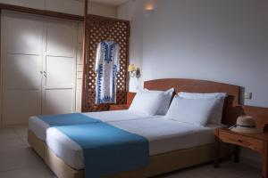 A bed or beds in a room at Hermes Hotel