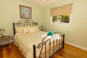 A bed or beds in a room at Paddys Creek Retreat