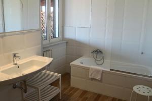 A bathroom at Hotel Tuscania Panoramico