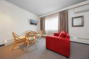 A seating area at Belconnen Way Hotel & Serviced Apartments