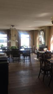 Een restaurant of ander eetgelegenheid bij Hotel het Gemeentehuis Uithuizen