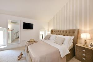 A bed or beds in a room at Harvey's luxury rooms