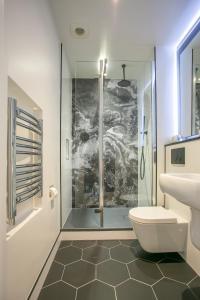A bathroom at Grafton Street Studios by City Break Apartments