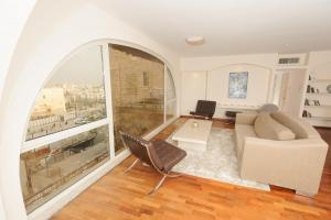 A seating area at The Western Wall Apartment