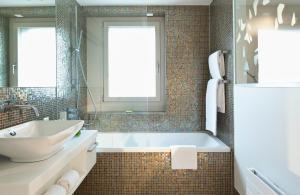 Ein Badezimmer in der Unterkunft Hotel D - Design Hotel