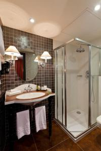 A bathroom at Hotel Fontaines du Luxembourg