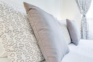 Кровать или кровати в номере Shuvalova 4/1 Apartment