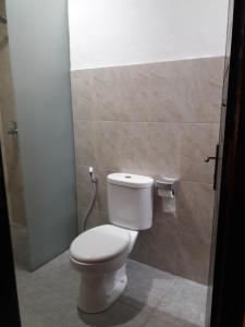 A bathroom at Puji Homestay