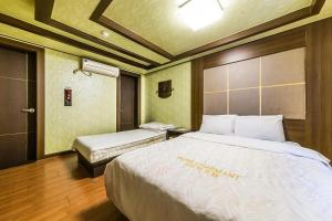 A bed or beds in a room at Charmant Hotel Suwon