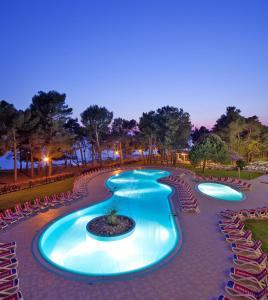 Ein Blick auf den Pool von der Unterkunft Hotel Sol Aurora for Plava Laguna oder aus der Nähe