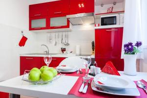 A kitchen or kitchenette at Bagi apartment in old town center