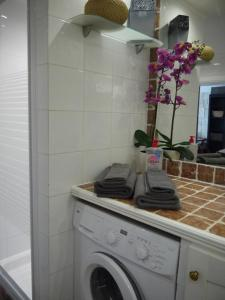 A kitchen or kitchenette at Vieille Ville, 1 bedroom apt, max 2 adults and 2 kids or 3 adults