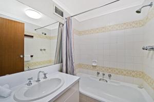 A bathroom at Akuna 14, 6 Joffre Street,