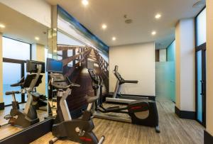 The fitness center and/or fitness facilities at Catalonia Plaza Mayor Salamanca