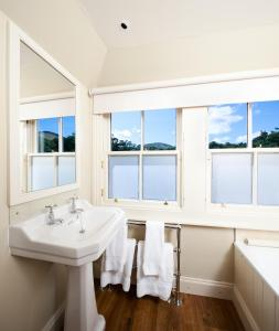 A bathroom at The Loch Lomond Arms Hotel