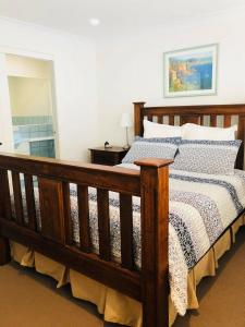 A bed or beds in a room at Beachside Duplex