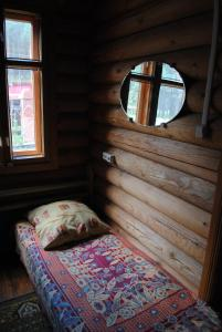 A bed or beds in a room at Usadba tri Medvedja