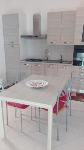 A kitchen or kitchenette at Casa vacanze Le Baronessine dello Stagnone