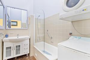 A bathroom at Beachpark 56 58 Pacific Drive