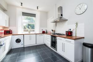 A kitchen or kitchenette at Beautiful, Traditional 2 Bedroom Main Door Flat