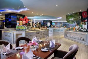 A restaurant or other place to eat at Sentosa Hotel Shenzhen Feicui Branch