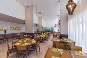 A restaurant or other place to eat at Paiva Home Stay 6º andar