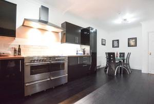 A kitchen or kitchenette at Reivers Apartment