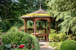 A garden outside Romantik Hotel im Park
