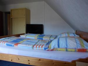 A bed or beds in a room at Pension Kraus