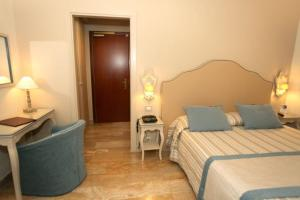 A bed or beds in a room at Hotel La Colonnina