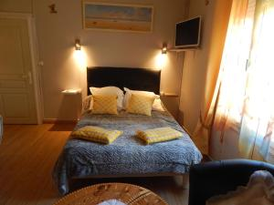 A bed or beds in a room at Les Coquillettes