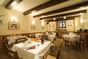 A restaurant or other place to eat at Hotel Rural Besaro - Selva de Irati