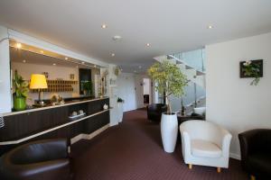 The lounge or bar area at Hôtel Restaurant La Forestière