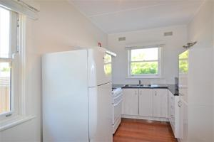 A kitchen or kitchenette at Breakers 5 2 Hill Street
