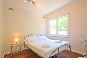 A bed or beds in a room at Breakers 5 2 Hill Street