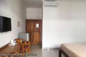 A television and/or entertainment centre at Agus Tri Homestay