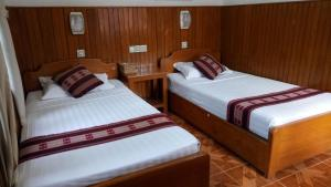 A bed or beds in a room at Shwe Nadi Guest House