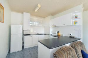 A kitchen or kitchenette at Portview 8, 8/2 Waugh Street