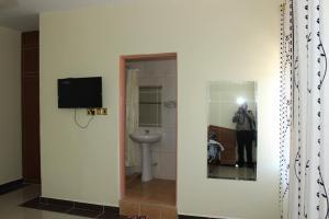 A bathroom at Gees Inn