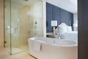 A bathroom at Goodrich Suites, ARTOTEL Portfolio