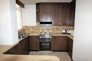 A kitchen or kitchenette at Macquarie Towers 17 1 Waugh Street