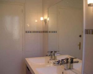A bathroom at Chambre d'hôte Priory-View Dinan