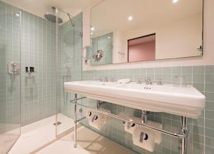 A bathroom at Hotel Parister