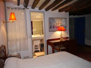 A bed or beds in a room at Hôtel les Degrés de Notre Dame