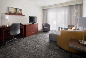 A seating area at Courtyard by Marriott Boston Norwood/Canton