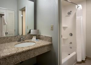 A bathroom at Courtyard by Marriott Boston Norwood/Canton