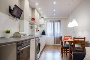 Кухня или мини-кухня в Spacious apartments, 63m2, Murmansk