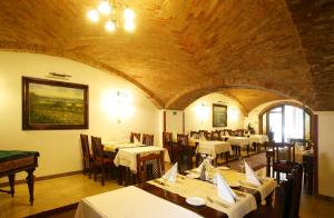 A restaurant or other place to eat at Garni Hotel Matyšák