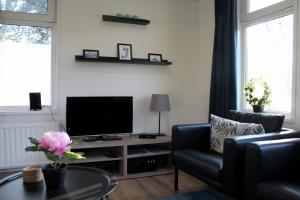 A television and/or entertainment centre at Houseboat Linquenda