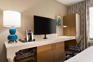 A television and/or entertainment centre at Hilton Garden Inn New York Times Square South
